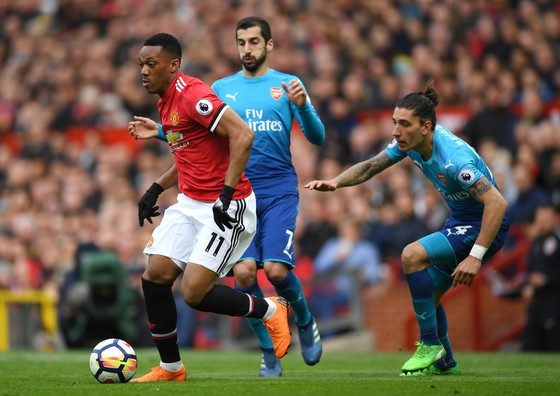 Anthony Martial (Man United, trái) đi bóng qua hàng thủ Arsenal