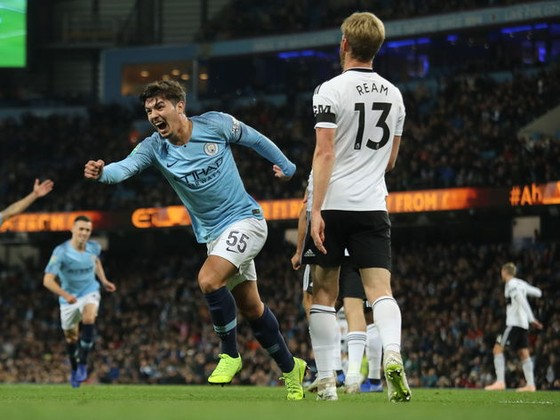 Brahim Diaz (trái, Man City)