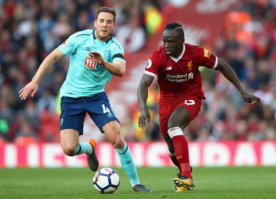 Sadio Mane (phải, Liverpool) vượt qua Dan Gosling (Bournemouth)