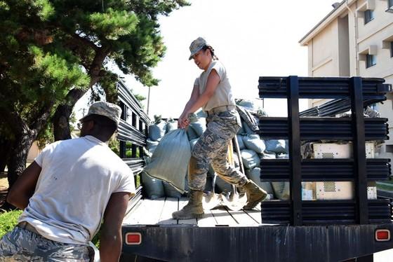 Mỹ, Nhật Bản và Hàn Quốc khẩn trương ứng phó bão lớn ảnh 1
