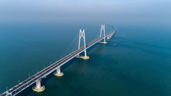 Trung Quốc khánh thành cây cầu vượt biển dài nhất thế giới nối Hong Kong với đại lục ảnh 1