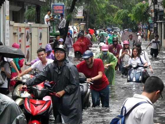 Nhiều tuyến đường ngập sâu Hà Nội do bão số 2 ảnh 2