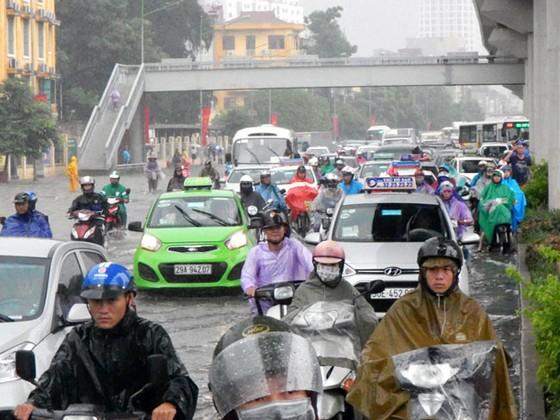 Nhiều tuyến đường ngập sâu Hà Nội do bão số 2 ảnh 3