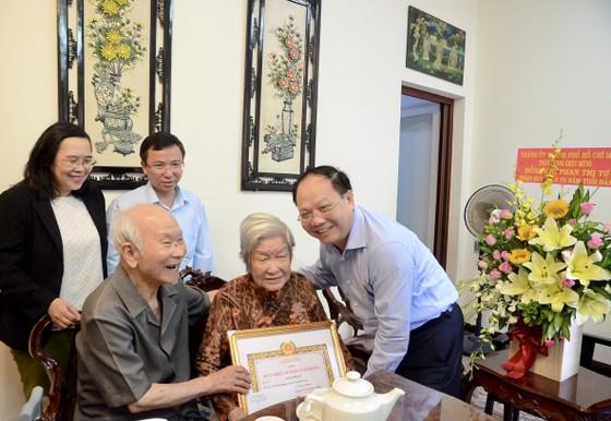 Trao Huy hiệu 70 năm tuổi Đảng cho đảng viên cao tuổi Đảng ảnh 1