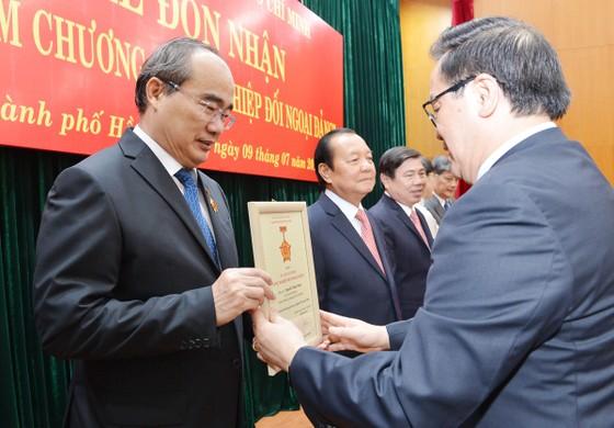 """8 lãnh đạo, nguyên lãnh đạo TPHCM nhận Kỷ niệm chương """"Vì sự nghiệp đối ngoại Đảng"""" ảnh 2"""