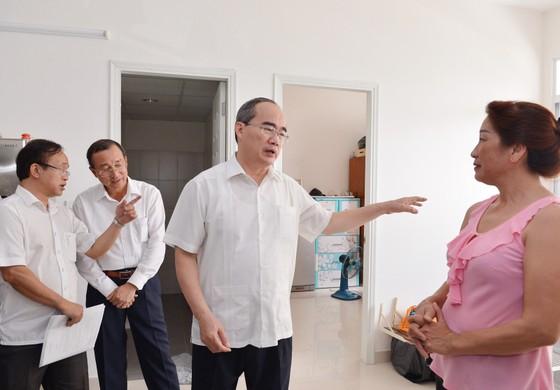 Bí thư Thành ủy TPHCM Nguyễn Thiện Nhân thăm hỏi người dân Thủ Thiêm ảnh 1
