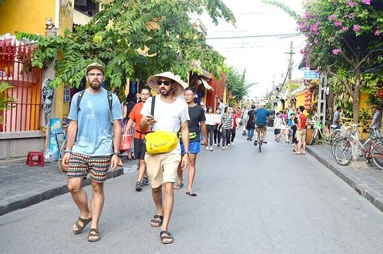 Khách quốc tế đến Việt Nam tăng hơn 51 lần, tổng thu tăng gần 30 lần ảnh 1