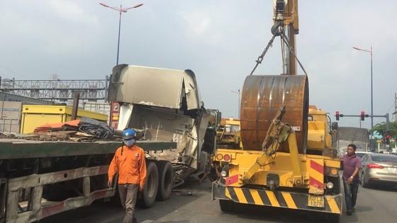 Cuộn sắt hơn 20 tấn rơi đè bẹp cabin xe container, tài xế và phụ xe thoát chết ảnh 3