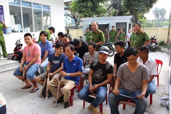 Người dân đổi hung khí nhận quà ở quận Bình Thạnh ảnh 1