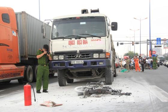 Va chạm với xe ben trên xa lộ Hà Nội, 1 người tử vong, ùn ứ kéo dài ảnh 2