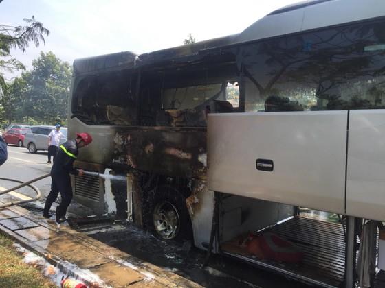Xe khách bốc cháy, hàng chục người may mắn thoát chết ảnh 3