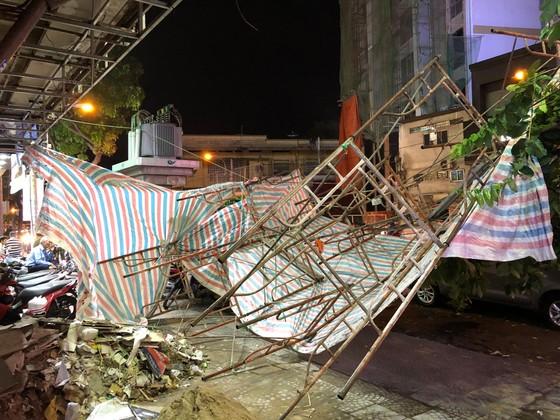 Giàn giáo đổ sập đè 2 ô tô giữa trung tâm TPHCM, nhiều người thoát chết ảnh 2