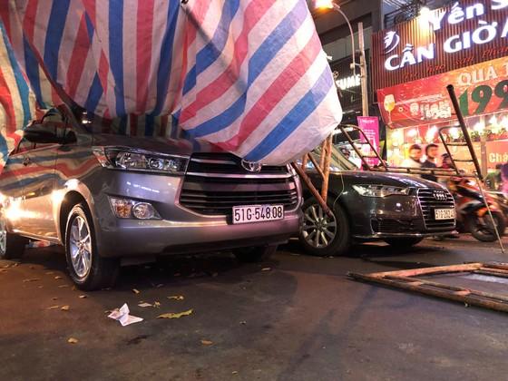 Giàn giáo đổ sập đè 2 ô tô giữa trung tâm TPHCM, nhiều người thoát chết ảnh 1