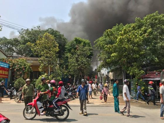 Cháy nổ ở xưởng phế phế liệu trong khu dân cư, khói bốc cao hàng trăm mét ảnh 1