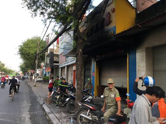 Giải cứu 3 người mắc kẹt trong tiệm bán túi xách ở TPHCM ảnh 2