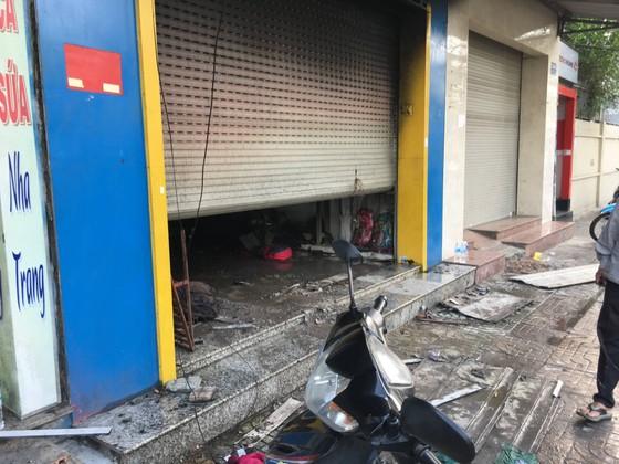 Giải cứu 3 người mắc kẹt trong tiệm bán túi xách ở TPHCM ảnh 1