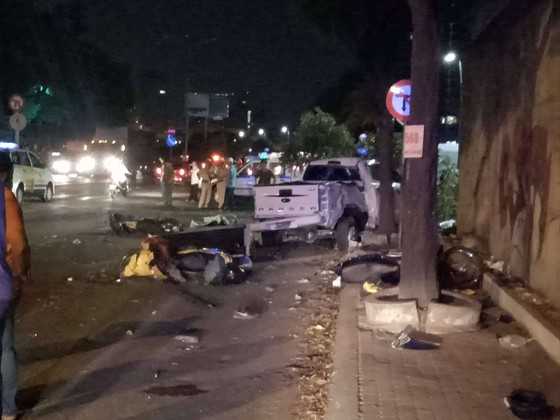 Xe bán tải húc hàng loạt xe máy lúc rạng sáng, 2 người chết ảnh 5