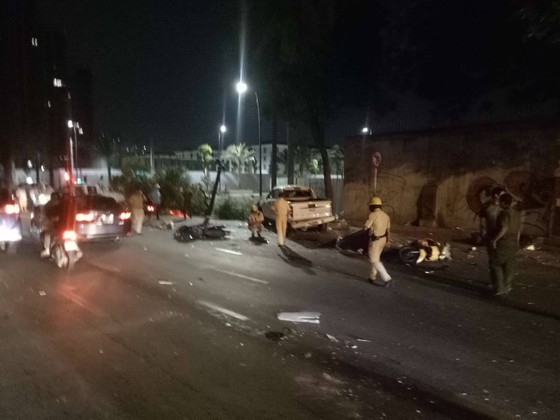 Xe bán tải húc hàng loạt xe máy lúc rạng sáng, 2 người chết ảnh 1