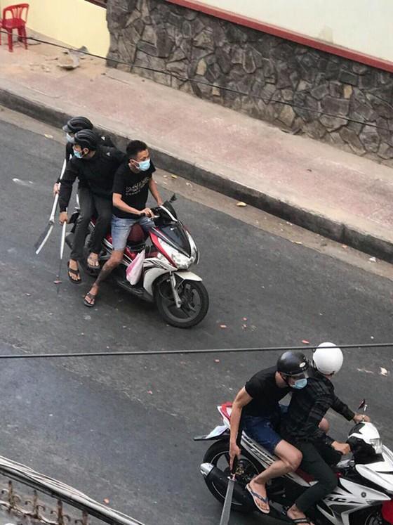 Hỗn chiến kinh hoàng giữa đường phố quận 3, nhiều người bị thương ảnh 2