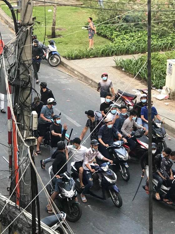 Hỗn chiến kinh hoàng giữa đường phố quận 3, nhiều người bị thương ảnh 1