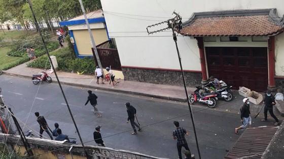 Hỗn chiến kinh hoàng giữa đường phố quận 3, nhiều người bị thương ảnh 3