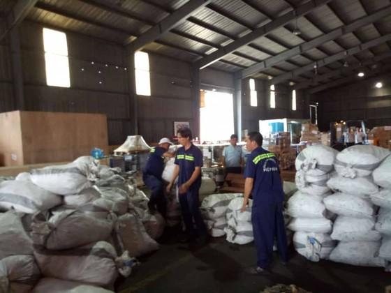 Phát hiện 7,3 tấn nghi vảy tê tê ngụy trang trong các khúc gỗ ở cảng Cát Lái ảnh 5