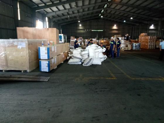 Phát hiện 7,3 tấn nghi vảy tê tê ngụy trang trong các khúc gỗ ở cảng Cát Lái ảnh 2