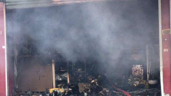 Cháy lớn tại cửa hàng đồ gốm sứ quận 10, nhiều người hoảng sợ ảnh 2