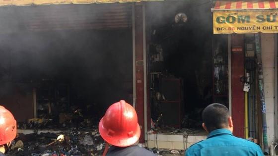 Cháy lớn tại cửa hàng đồ gốm sứ quận 10, nhiều người hoảng sợ ảnh 3