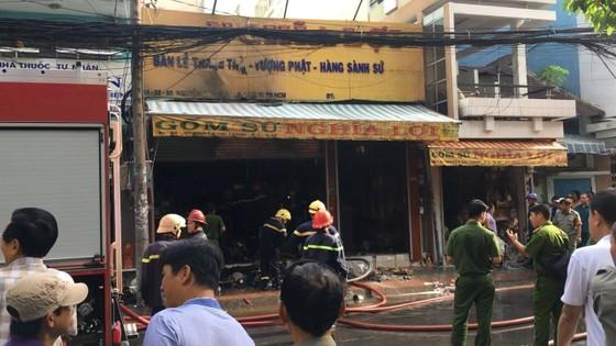 Cháy lớn tại cửa hàng đồ gốm sứ quận 10, nhiều người hoảng sợ ảnh 1