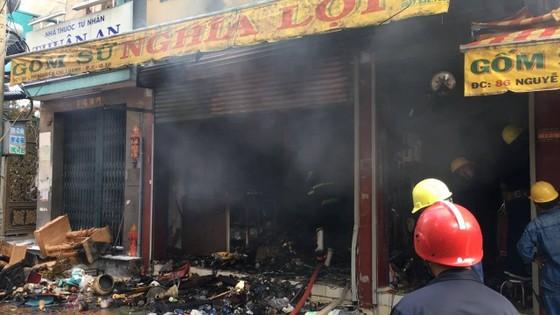 Cháy lớn tại cửa hàng đồ gốm sứ quận 10, nhiều người hoảng sợ ảnh 5