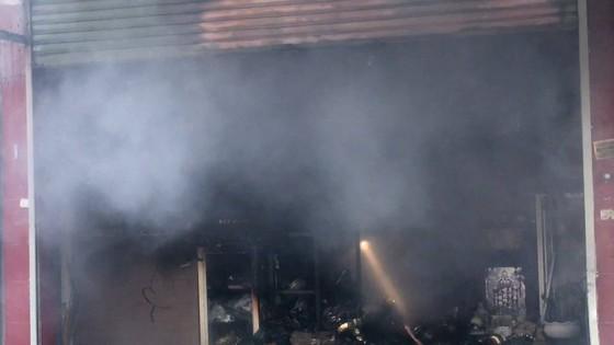 Cháy lớn tại cửa hàng đồ gốm sứ quận 10, nhiều người hoảng sợ ảnh 6