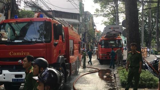 Cháy lớn tại cửa hàng đồ gốm sứ quận 10, nhiều người hoảng sợ ảnh 11