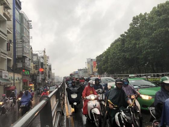 Cửa ngõ sân bay Tân Sơn Nhất rối loạn do ngập nước kết hợp với kẹt xe ảnh 18