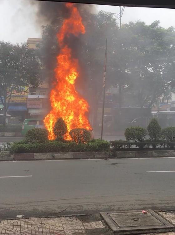 Xe ô tô bốc cháy dữ dội trên đường phố TPHCM ảnh 2