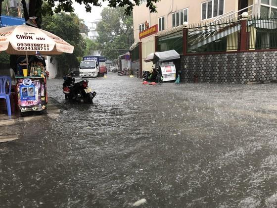 Cửa ngõ sân bay Tân Sơn Nhất rối loạn do ngập nước kết hợp với kẹt xe ảnh 6
