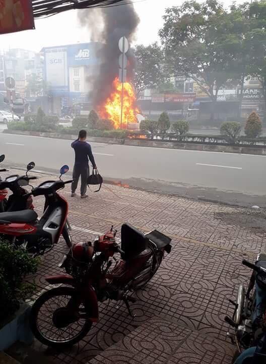 Xe ô tô bốc cháy dữ dội trên đường phố TPHCM ảnh 1