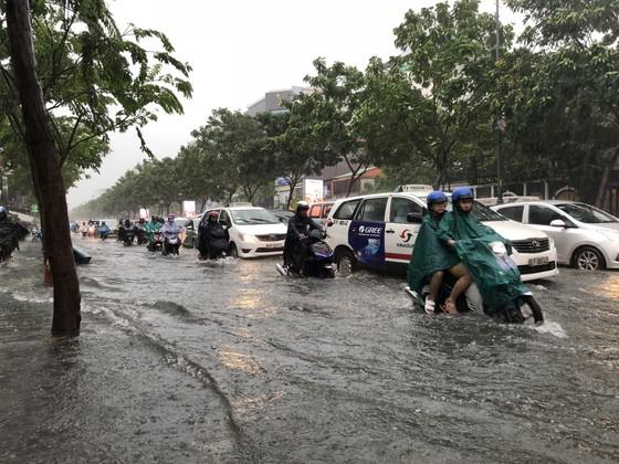 Cửa ngõ sân bay Tân Sơn Nhất rối loạn do ngập nước kết hợp với kẹt xe ảnh 8
