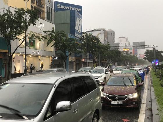 Cửa ngõ sân bay Tân Sơn Nhất rối loạn do ngập nước kết hợp với kẹt xe ảnh 9