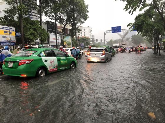 Cửa ngõ sân bay Tân Sơn Nhất rối loạn do ngập nước kết hợp với kẹt xe ảnh 3