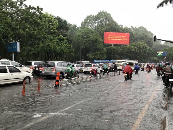 Cửa ngõ sân bay Tân Sơn Nhất rối loạn do ngập nước kết hợp với kẹt xe ảnh 5