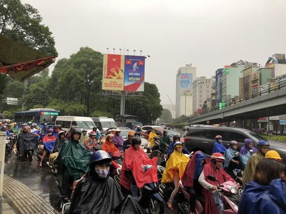 Cửa ngõ sân bay Tân Sơn Nhất rối loạn do ngập nước kết hợp với kẹt xe ảnh 11
