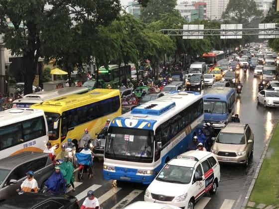 Cửa ngõ sân bay Tân Sơn Nhất rối loạn do ngập nước kết hợp với kẹt xe ảnh 13