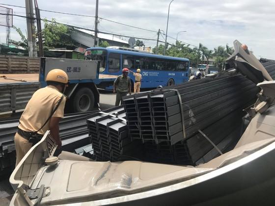 Xe container mất đầu sau cú phanh gấp, tài xế mắc kẹt kêu cứu, quốc lộ 1A ùn ứ kéo dài ảnh 9