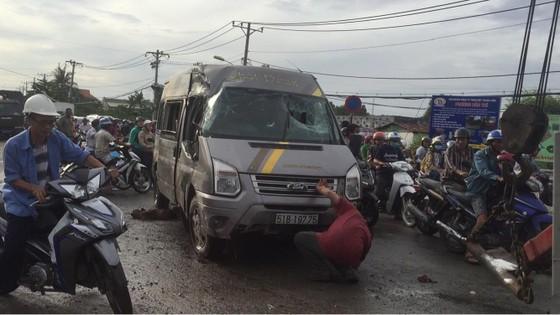 Gần 10 hành khách bị thương mắc kẹt kêu cứu trong xe khách bị lật ở quận 9 ảnh 2