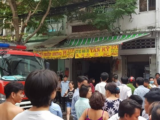 Căn nhà 4 tầng bốc cháy dữ dội, nhiều nhân viên chạy tán loạn ảnh 2