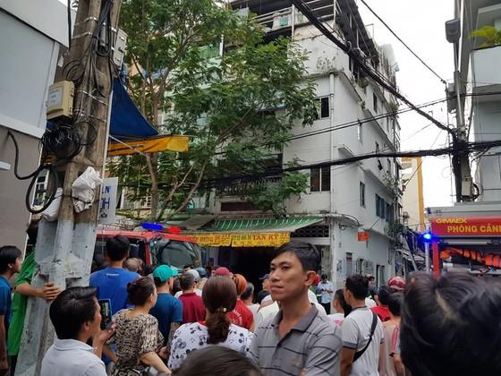 Căn nhà 4 tầng bốc cháy dữ dội, nhiều nhân viên chạy tán loạn ảnh 3