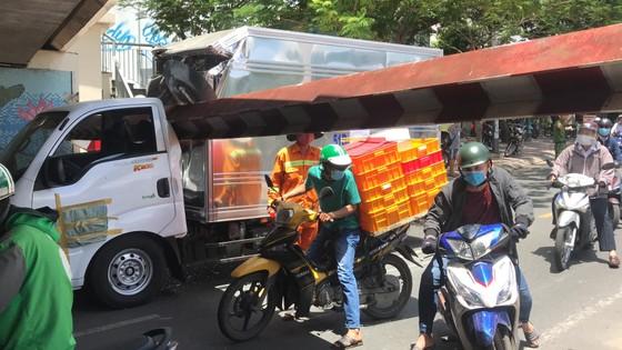 Xe tải kéo ngã thanh barie dưới cầu Bông, giao thông ùn ứ ảnh 1