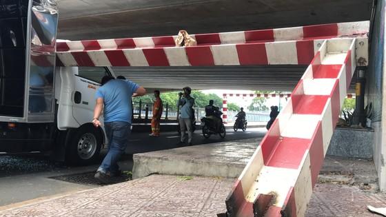 Xe tải kéo ngã thanh barie dưới cầu Bông, giao thông ùn ứ ảnh 8