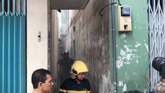 Cháy gần chợ Hòa Hưng quận 10, nhiều người hoảng sợ ảnh 1
